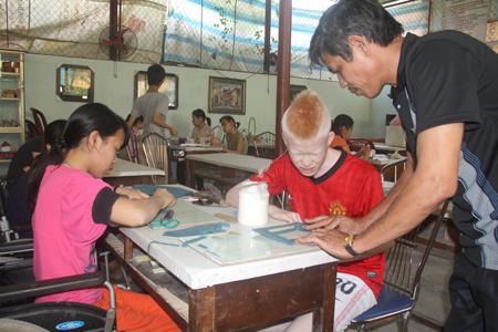 Các bạn trẻ khuyết tật đang được hướng dẫn học nghề tại Trung tâm