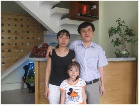 Anh Tuấn hạnh phúc bên vợ và con gái